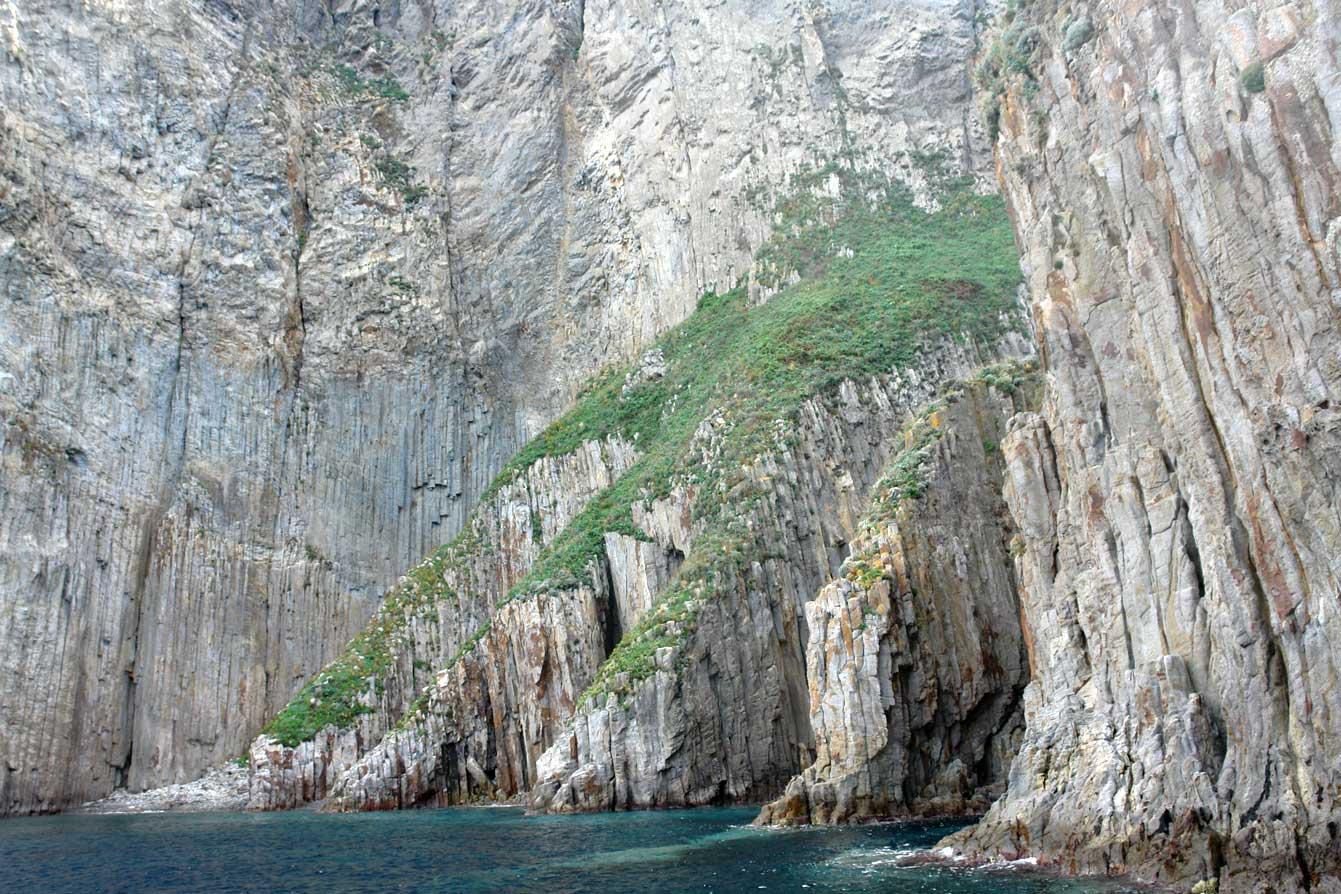 Hautes falaises : La baie de Cathédrale - Ponza
